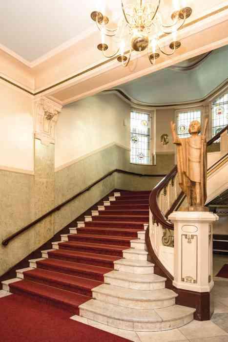 Die repräsentative Treppe in den Mozartsälen ist ein gern gesehenes Motiv für Hochzeitsfotos.