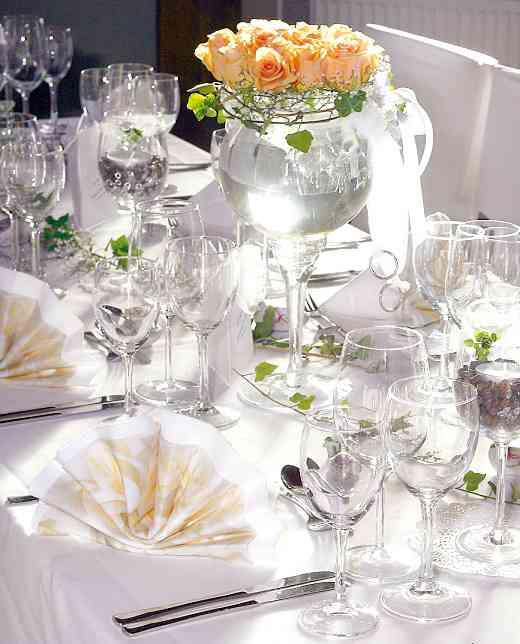 Mit Rosen dekorierter Tisch der Hochzeitslocation Landhaus Siemers.