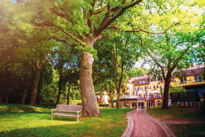 Park und Gebäude der Hochzeitslocation Kurhaus am Inselsee in Güstrow Mecklenburg-Vorpommern