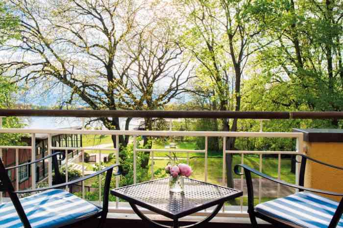 Terrasse mit Seeblick der Hochzeitslocation Kurhaus am Inselsee in Güstrow Mecklenburg-Vorpommern.