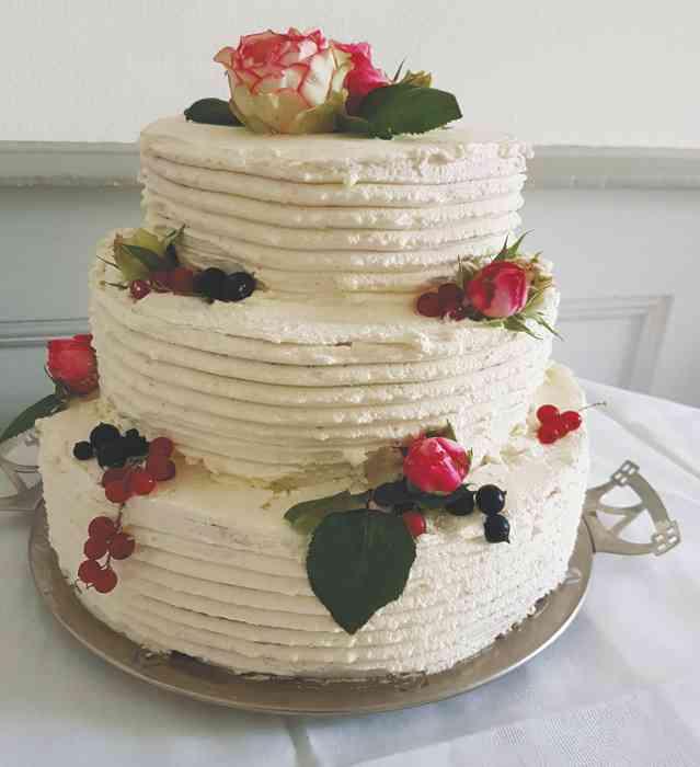 Die Blüten von 85 historischen Rosensorten aus dem eigenen Garten stehen zum schmücken der köstlichen Hochzeitstorten zur Verfügung.