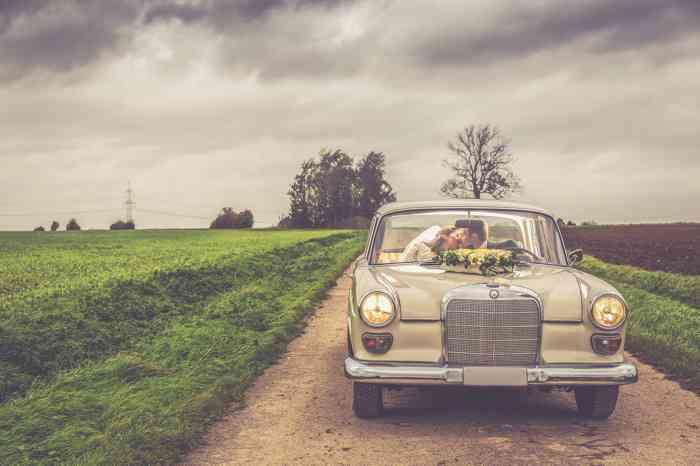 Mercedes Heckflosse mit Blumenschmuck als Hochzeitsauto