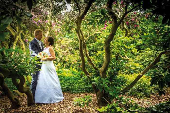 Brautpaar im Märchenwald - festgehalten von Fotografin Sarah Austermann