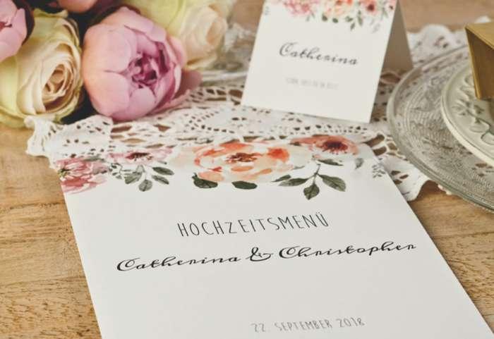 Ein zartes Blumenmuster und eine verspielte Schrift veredeln dieses Hochzeitsmenü.