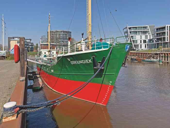 Das Museumsschiff Greundiek im Stader Stadthafen.