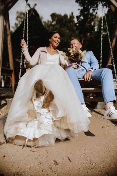 Brautpaar auf der Schaukel am Schafstall am Heidegarten