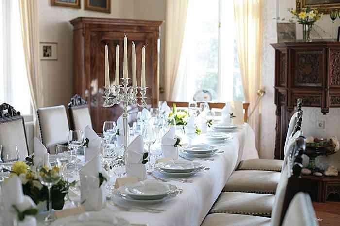 Ferien- und Seminarhof Osterbunsbüll eingedeckter Tisch im Gartenzimmer