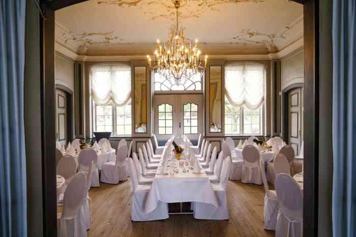 Festlich eingedeckter Gartensaal in Meusels Landdrostei