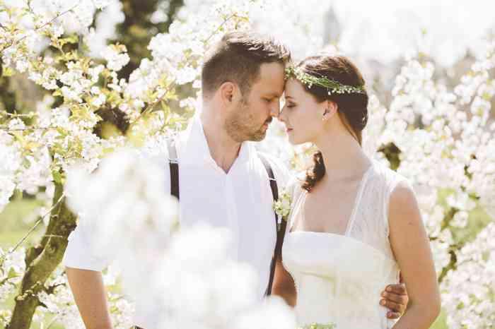 Brautpaar vor blühenden Kirschbäumen von der Eventagentur Blankenese in Hamburg.