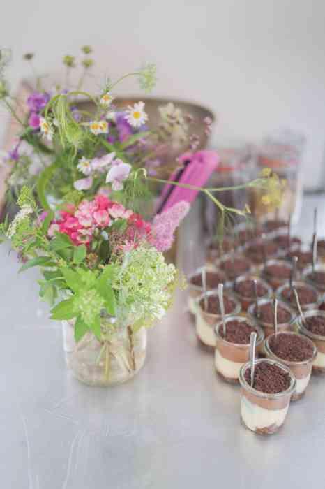 Tischdekoration wie hier mit Blumen organisiert die Eventagentur Blankenese für eine Hochzeitsfeier.