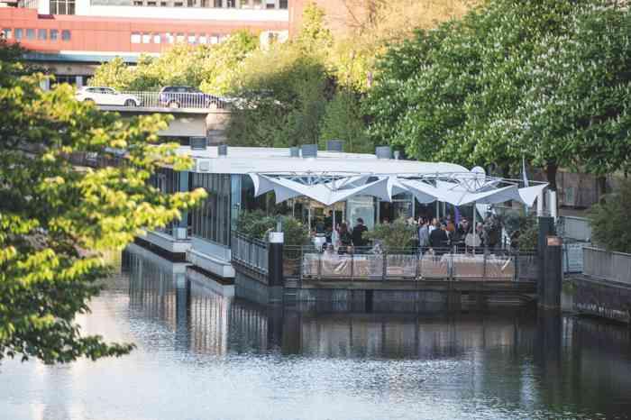 Die Eventagentur Blankenese organisiert Hochzeiten in Hamburg im Kai10 Floating Experience.