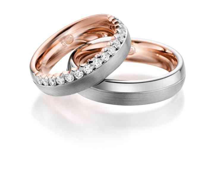 Eheringe aus drei verschiedenen Edelmetallen. Der Ring der Braut ist kunstvoll mit Diamanten verziert.