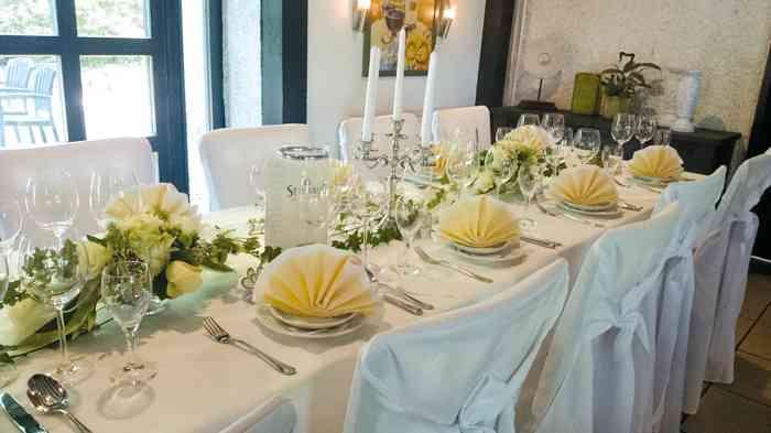 Elegant gedeckter Tisch mit Blumen und Kerzen