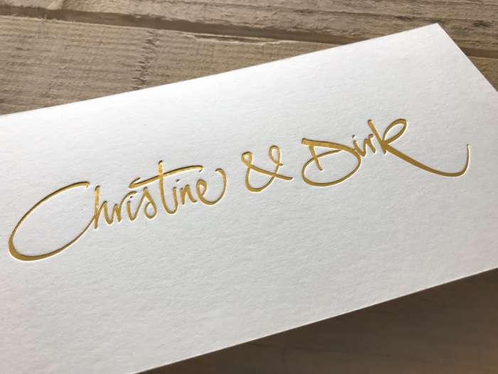 Gold ist auf Hochzeitskarten sehr beliebt.
