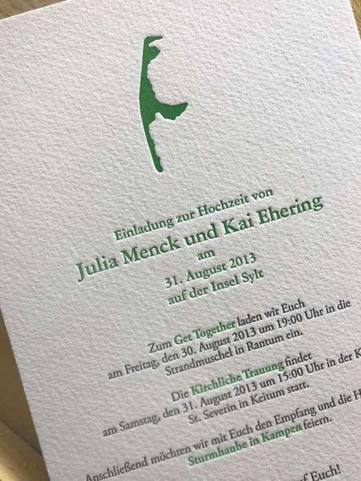 Eine leicht strukturierte Hochzeitskarte mit Prägedruck in grün.