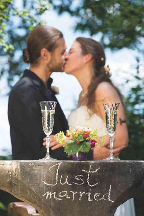 Brautpaar beim Sektempfang in der Paradiesschmiede.