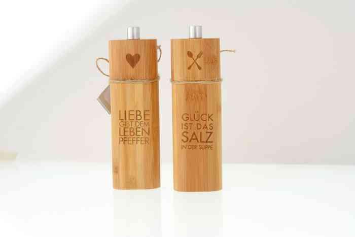 Geschenke zur Hochzeit wie hier Salz und Pfefferstreuer aus Holz mit Sinnspruch dervPapeterie und Schreibwaren Otto F.K. Koch.