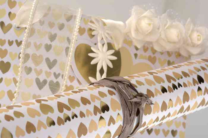 Geschenkpapier mit goldenen Herzen für die Hochzeit der Papeterie und Schreibwaren Otto F.K. Koch.