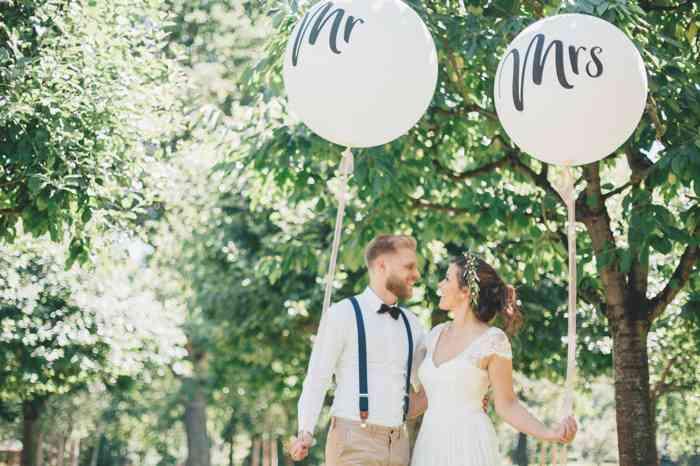 Hochzeitspaar mit Luftballons