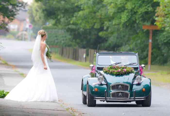 Bräutigam holt wartende Braut im Citroen Oldtimer ab