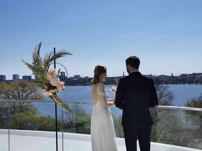 Brautpaar auf der Dachterrasse des The Fontenay Hamburg Hochzeitslocation