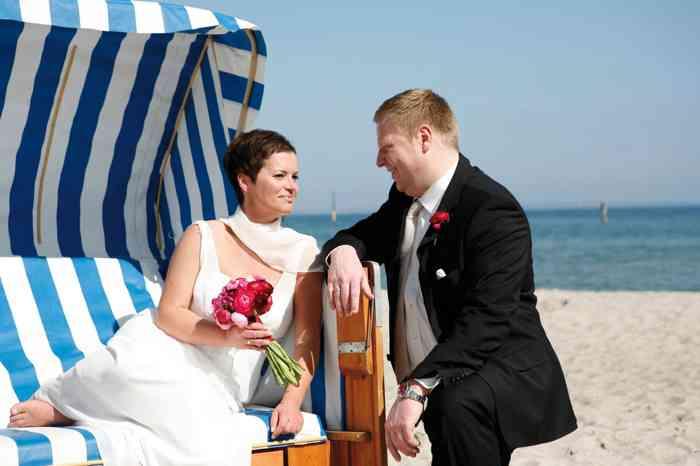Brautpaar am Strand des MARITIM Seehotel Timmendorfer Strand.