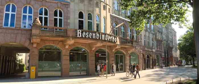 Hochzeitslocation Besenbinderhof mit der Herrschaftlichen Fassade.
