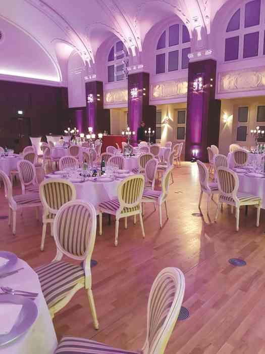 Musiksaal des Besenbinderhof mit festlicher Beleuchtung.
