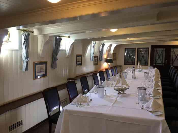 Festlich gedeckter Tisch an Bord der Rickmer Rickmers