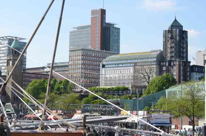 Rickmers Rickmers mit Hamburger Hafen