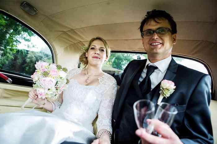 Fahrt im Brautauto zur Hochzeitsfeier auf dem Eggershof