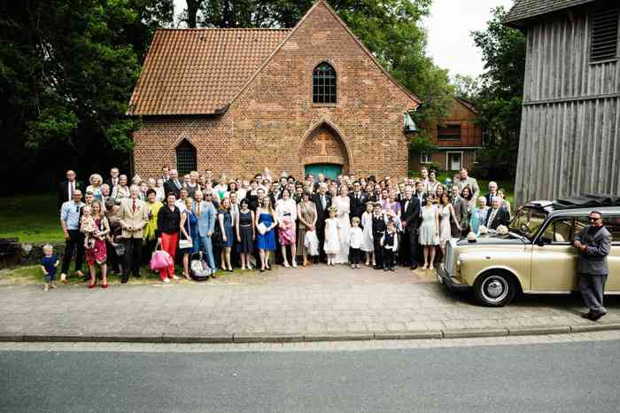 Familienbande und Freunde vor der Wolterdinger Kirche