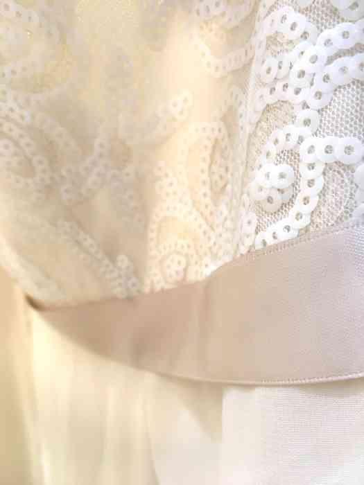 Wediva zeigt Brautkleider mit Schmuckband