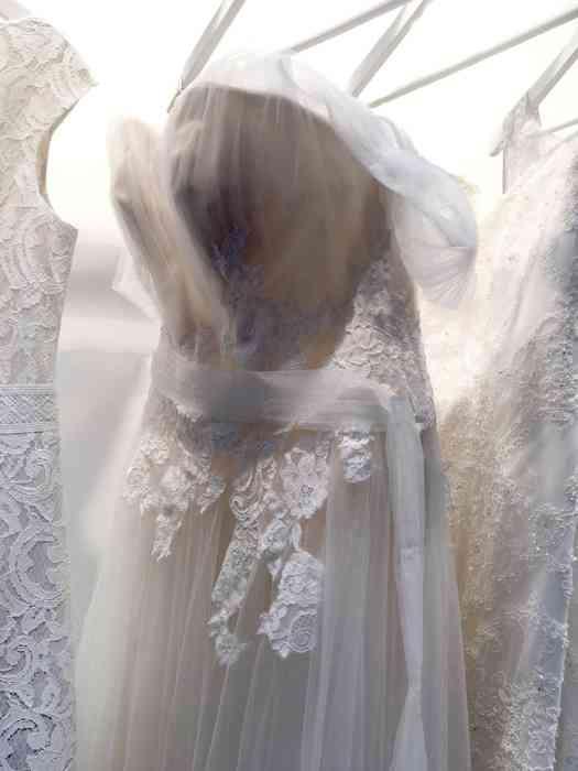 Wediva zeigt ein Brautkleid aus der Kollektion Beautifulle von Enzoani