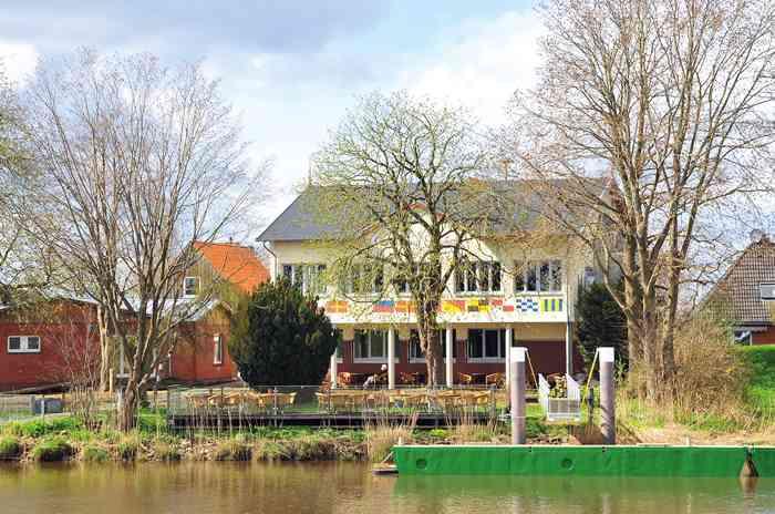 Hochzeitslocation Gasthaus zur Erholung vom Wasser aus gesehen.