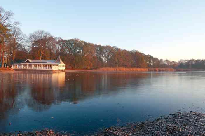 Ringhotel Bokel-Mühle am See im Winter bei Sonnenuntergang