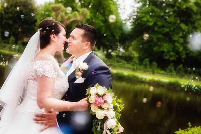 Susan und Torben auf Ihrer Hochzeitsfeier in der Gutshofscheune in Bad Oldesloe