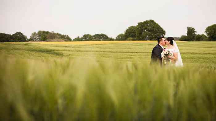 Hochzeitsshooting auf dem Feld in der Nähe der Gutshofscheune Bad Oldesloe