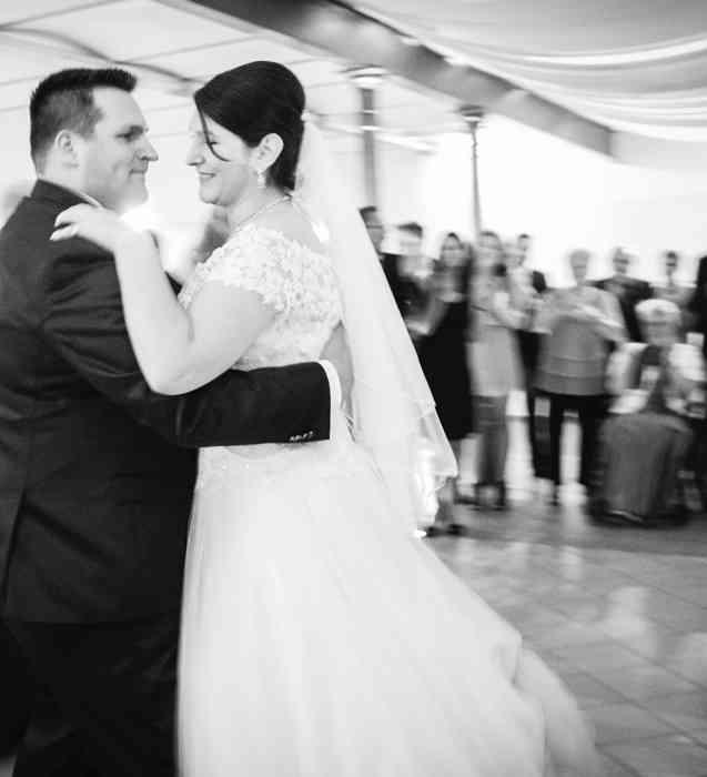 Susan und Torben beim Hochzeitstanz in der Gutshofscheune in Bad Oldesloe