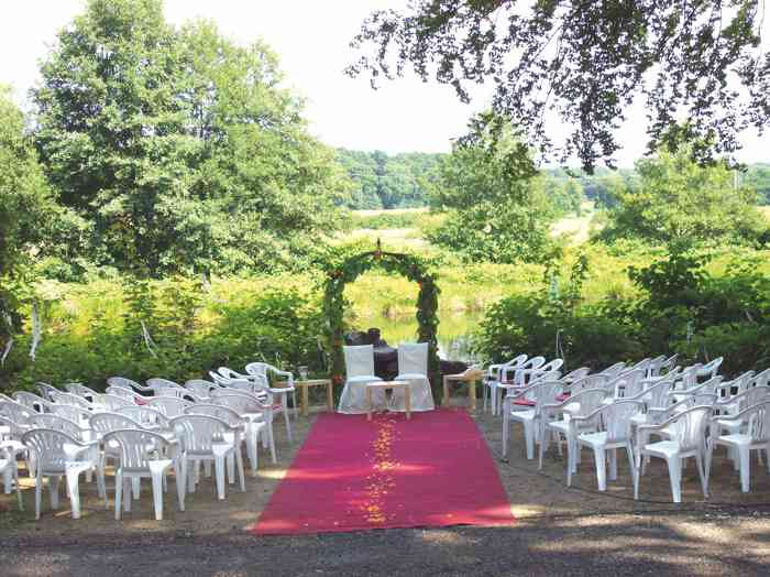 Herrliche Kulisse für eine Hochzeitszeremonie im Freien.