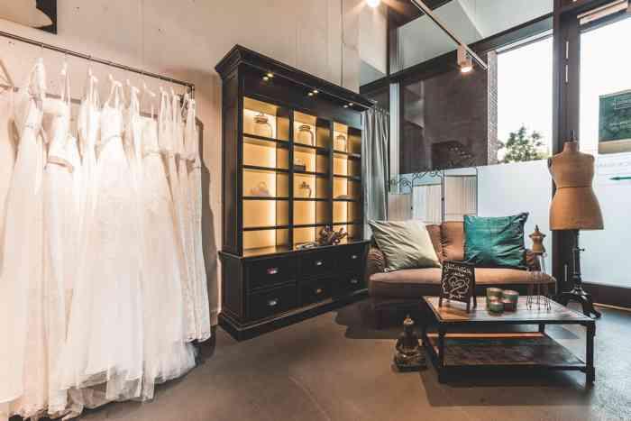Der Showroom von Brautstudio Glücksfang in der Hamburger HafenCity ist modern und großzügig einerichtet.