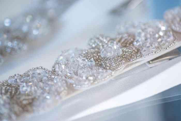 Perlen Glitzersteine Brautkleid Brautstudio Glücksfang
