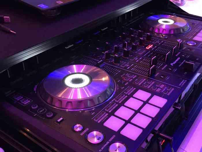 Über die DJ-Anlage wird nicht nur die Musik gesteuert...