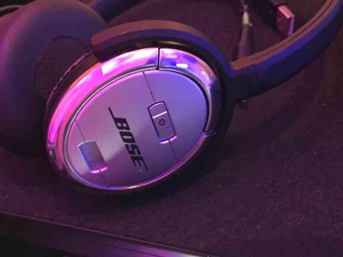 Gehören zum DJ-Equipment: gute Kopfhörer. Während der eine Song läuft, wird in den nächsten schon mal reingehört.
