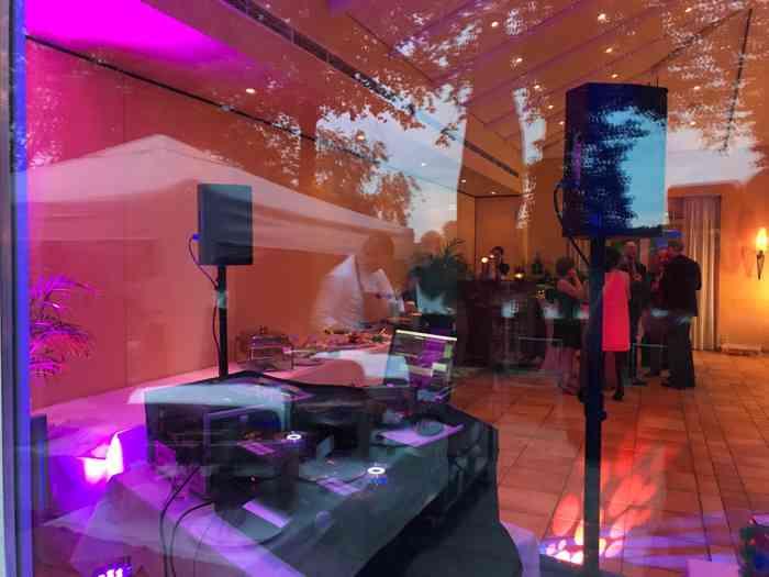 Auf Wunsch hat der DJ auch ausgefallene Lichttechnik sowie eine Nebelmaschine dabei.