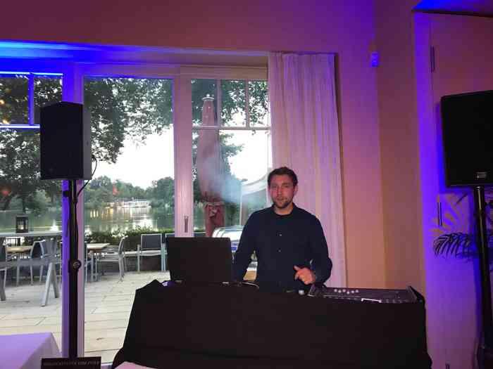DJ Michael bereitet sich auf den Abend vor - er soll bei einer Hochzeitsfeier für beste Party-Stimmung sorgen.