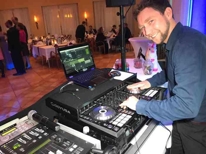 Die Stimmung steigt - der DJ ist happy!