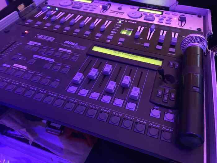 Auch wenn die Musik im Vordergrund steht - manchmal greift der DJ doch zum Mikrofon.