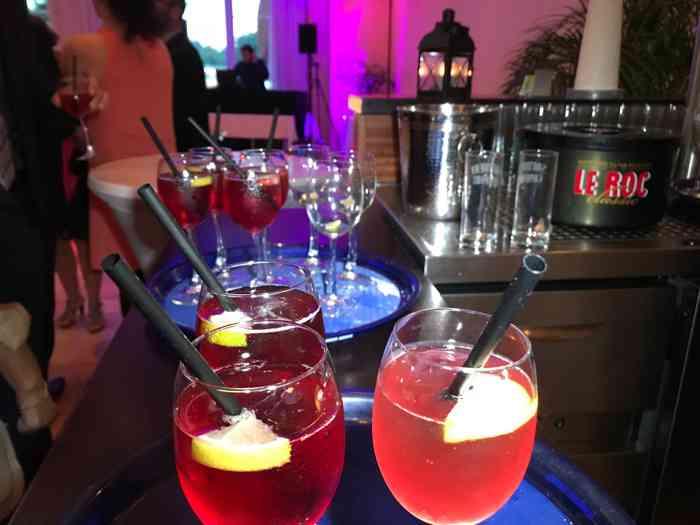 Leckere Drinks unterstützen die Party im Leuchtturm.