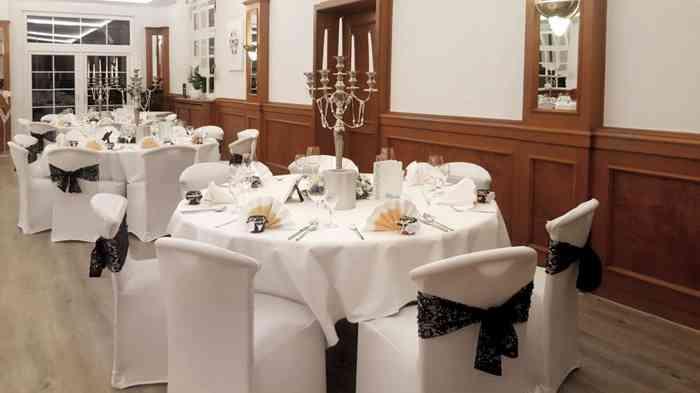 Tische für die Hochzeitsgesellschaft im Restaurant Zur Linde.
